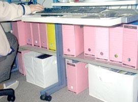 机の下の収納ボックス